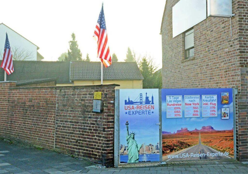 Die zwei amerikanischen Flaggen weisen auf das Reisebüro in Bergheim hin