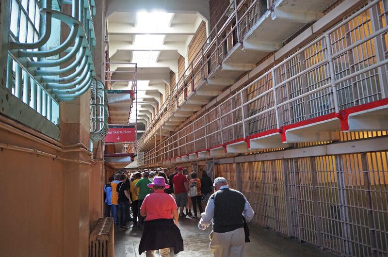 Besucher in Alcatraz bei der Audio Tour