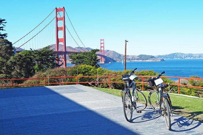 Zwei Fahrräder vor der Golden Gate Bridge