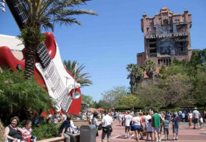 Blick auf das Hollywood Tower Hotel und der Rock'n'Roller Coaster in den Hollywood Studios