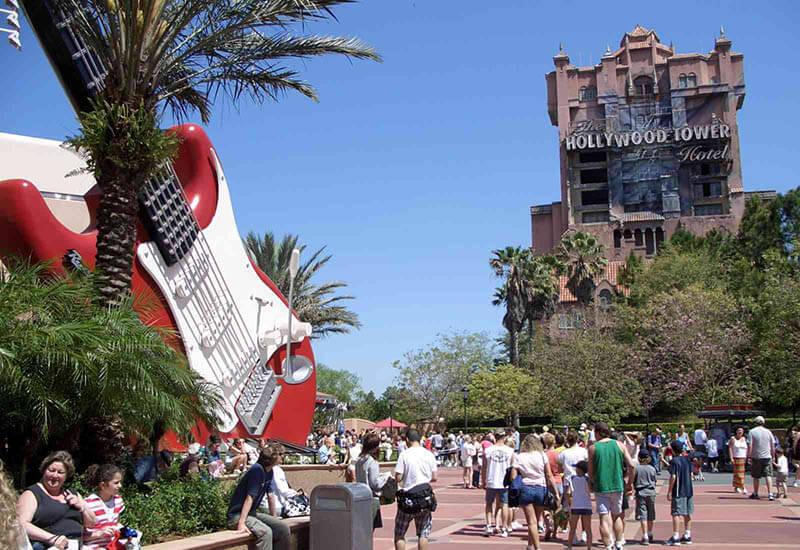 Blick auf das Hollywood Tower Hotel und der Rock'n'Roller Coaster in den Hollywood Studios