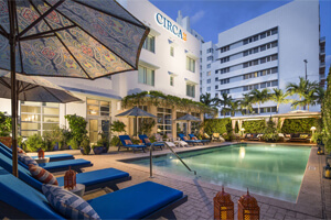 Unter 21 Jahre in Miami am Pool