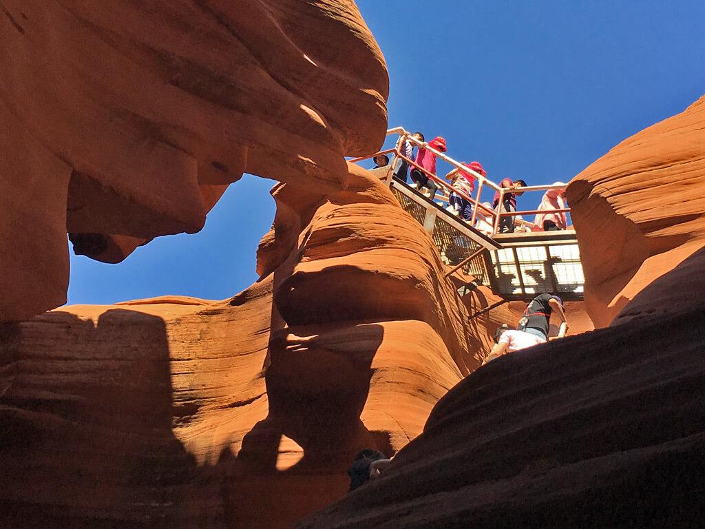 Abstieg auf Treppen in den Antelope Canyon