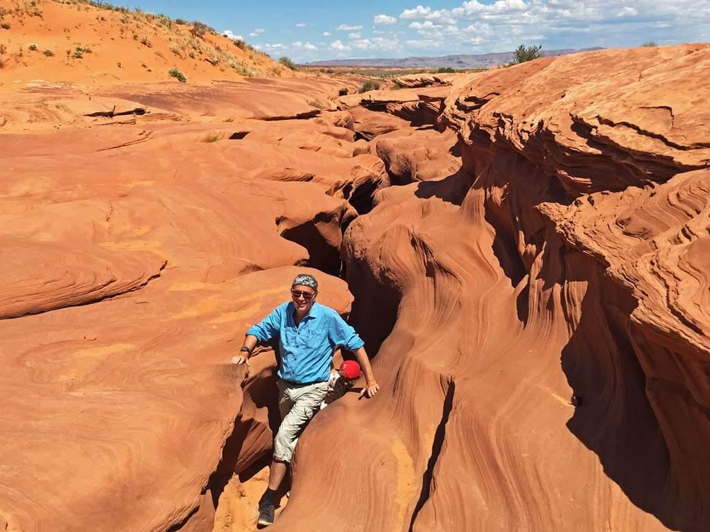 Mann steigt aus dem Antelope Canyon aus