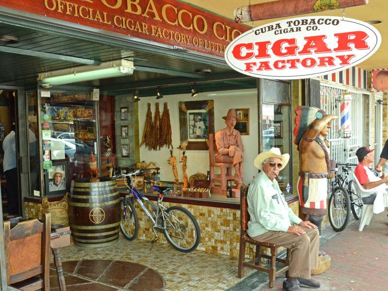 Mann mit Zigarre in Little Havana