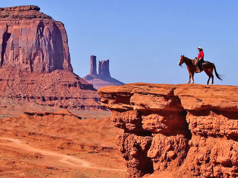 Mann auf einem Pferd im Monument Valley