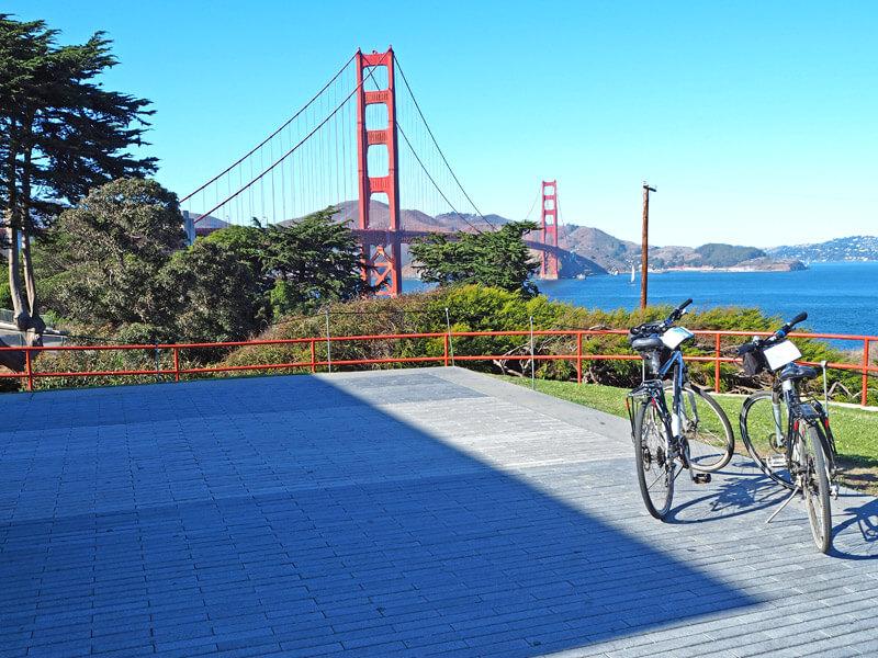 Zwei Fahrräder an der Godlen Gate Bridge