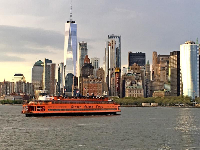 Staten Island Ferry mit der Skyline von New York