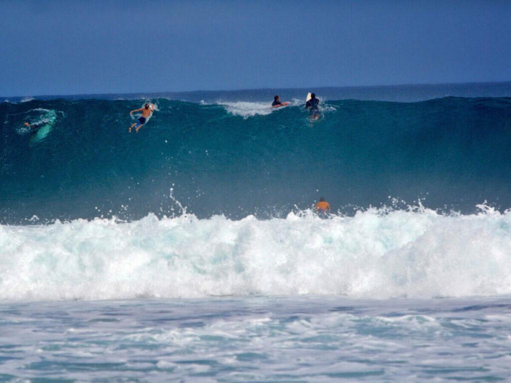 Surfer in einer Riesenwelle