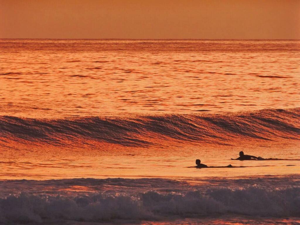 Zwei Surfer am Sonnenuntergang