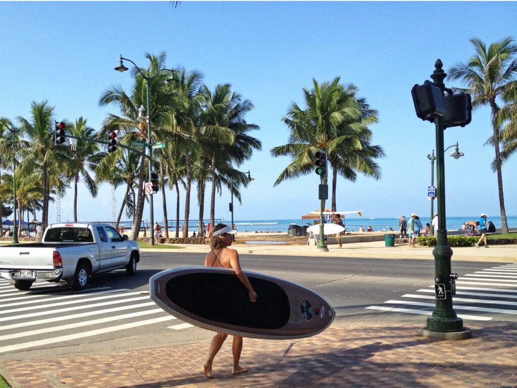 Surferin aufm weg zum Strand