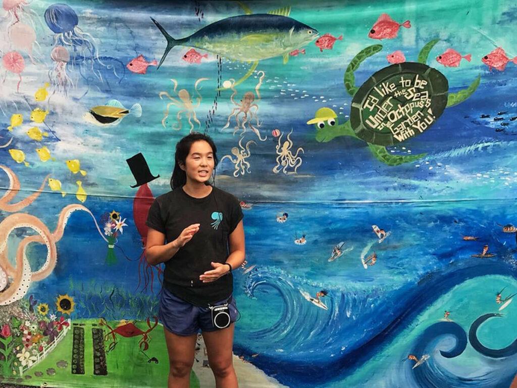 Biologin hällt Vortrag über die Octopus Farm auf Big Island