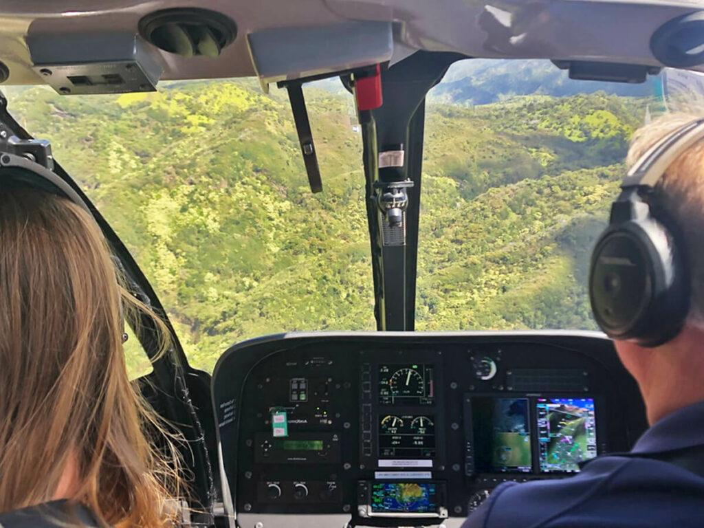 Blick aus dem Cockpit im Hubschrauber an der Na Pali Coast