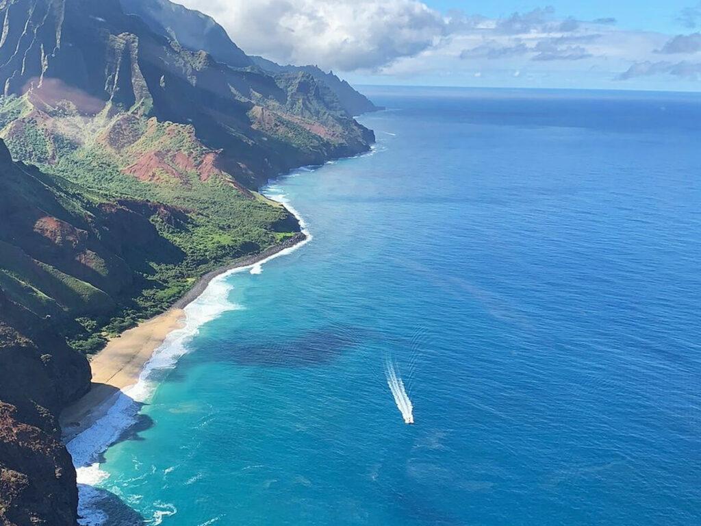 Blick auf den Strand aus dem Hubschrauber auf die Na Pali Coast