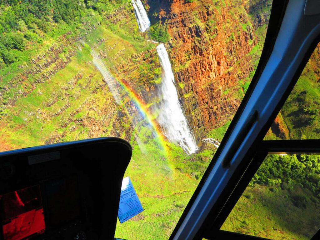 Blick aus dem Hubschrauber auf einen Wasserfall in der Na Pali Coast