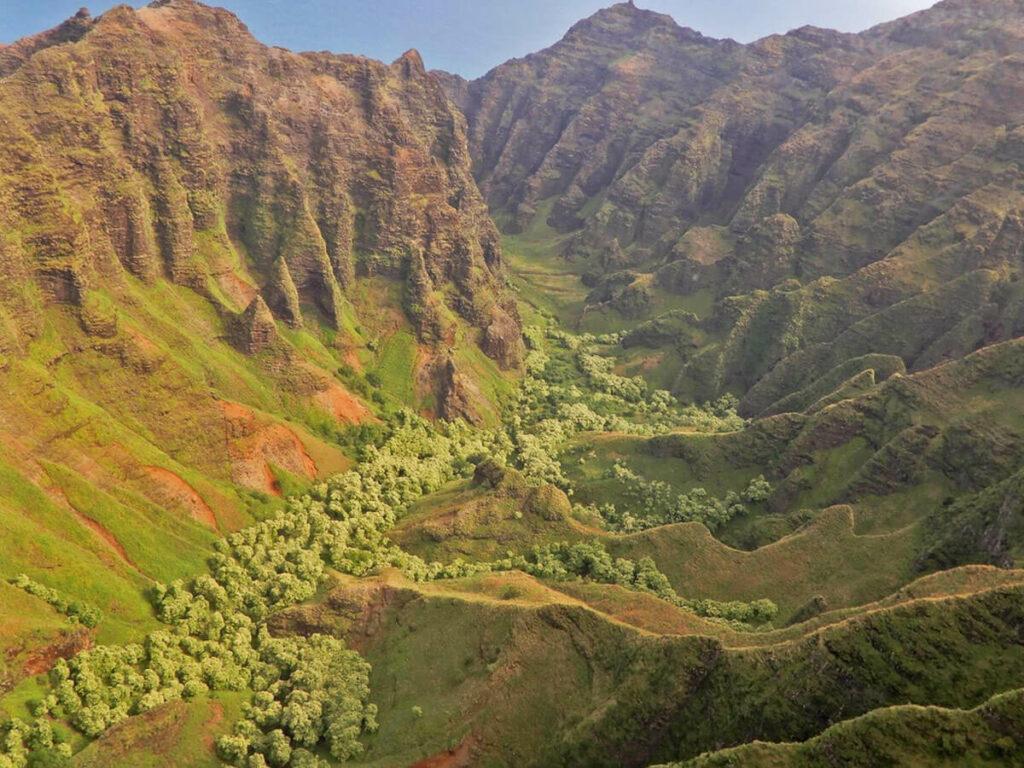Blick auf dem Hubschrauber auf ein Canyon in der Na Pali Coast
