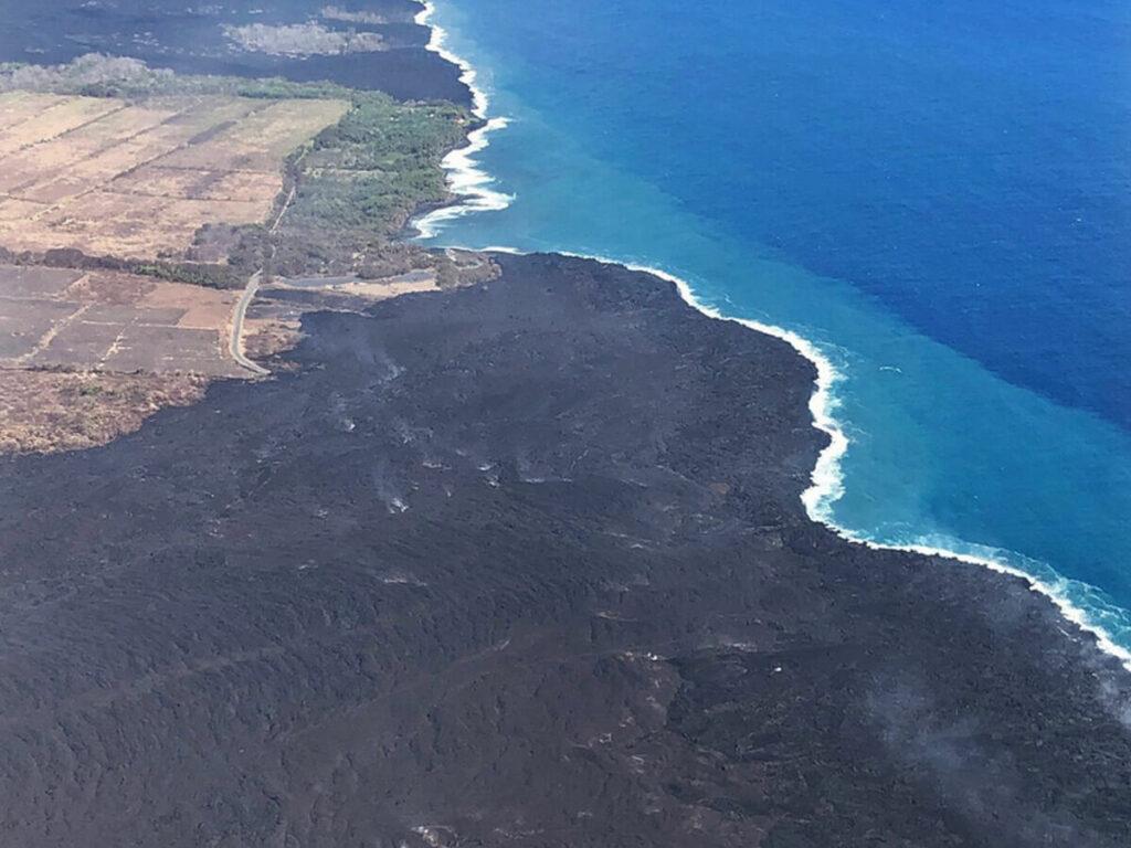 Lavafluss auf Big Island vom Hubschrauber am Meer