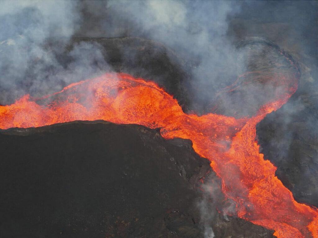 Blick vom Hubschrauber auf einen Lavefluss auf Big Island
