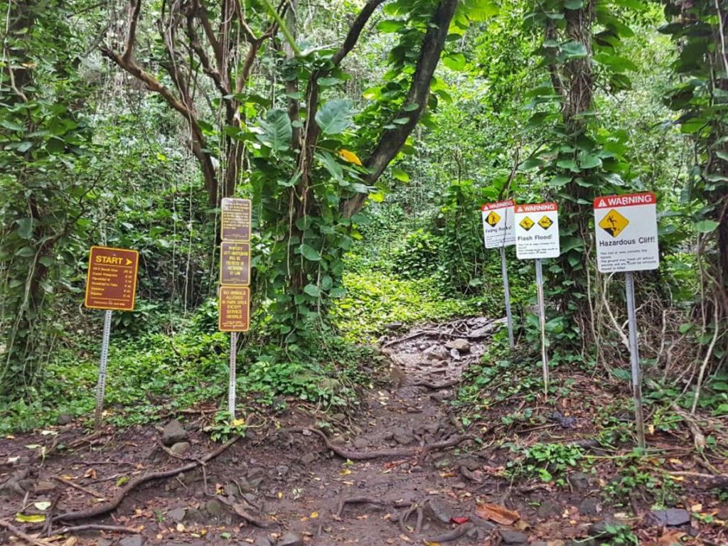 Hinweisschilder am Startpunkt des Kalalaut Trail auf Kauai