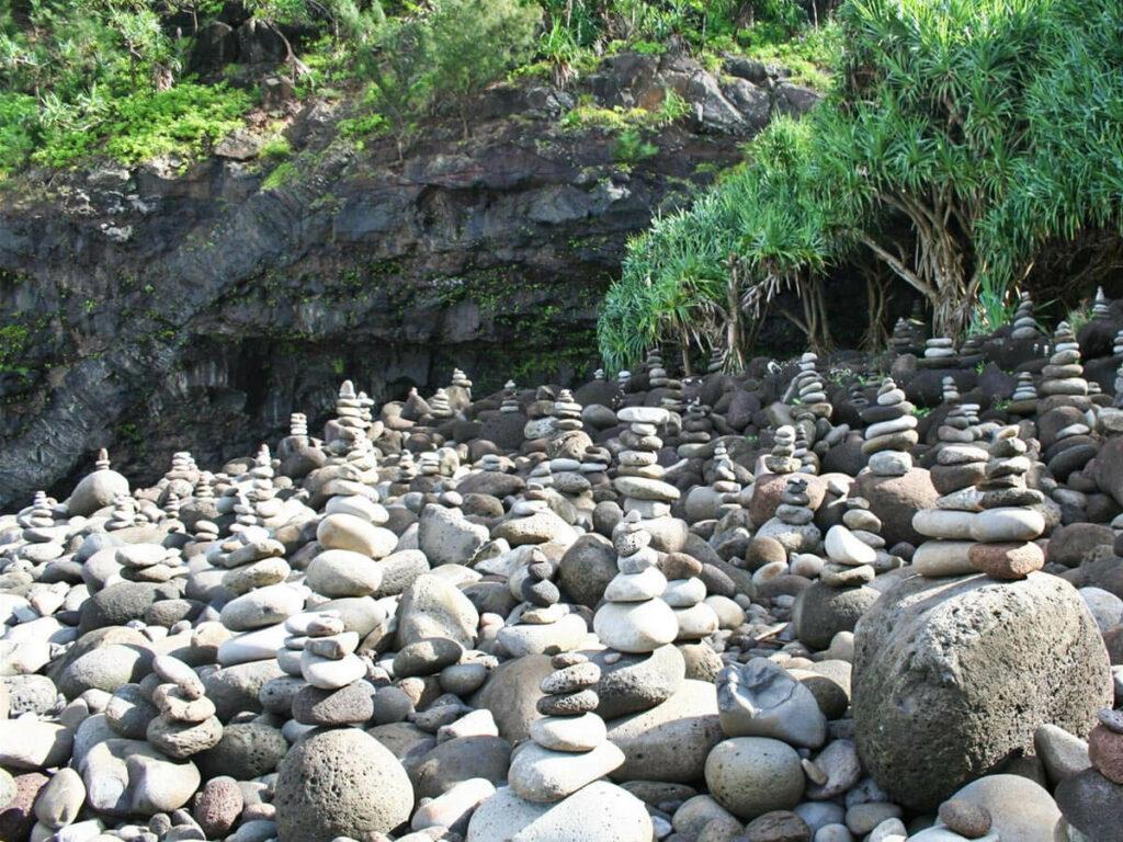 Steinpyramide auf dem Kalalaut Trail auf Kauai