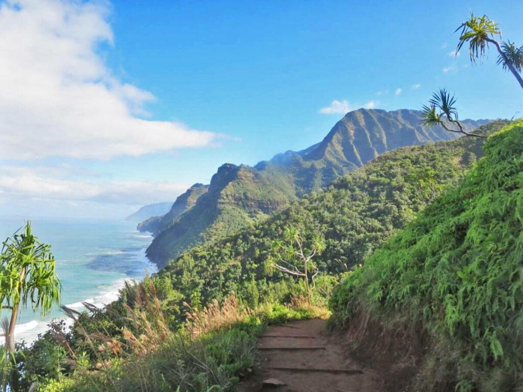Wanderweg entlang des Kalalaut Trail auf Kauai