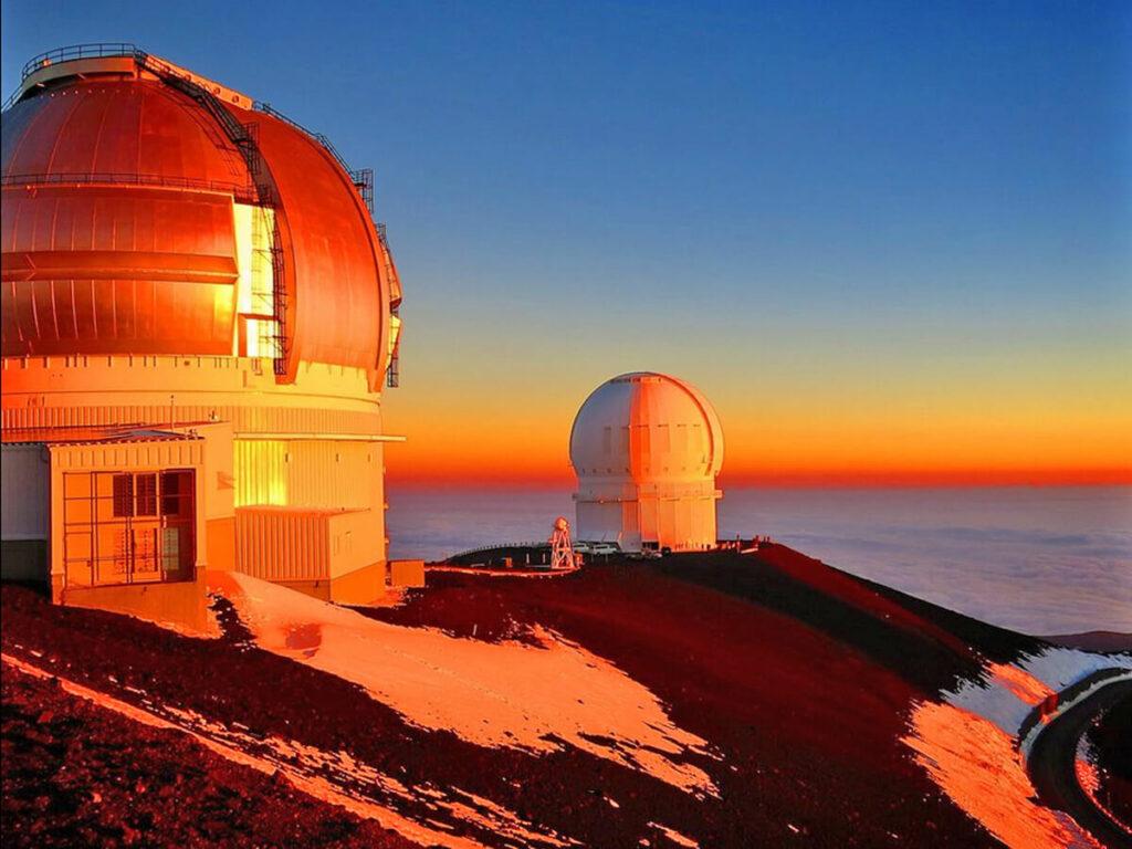 Sonnenaufgang am Observatorium auf dem Mauna Kea Vulkan