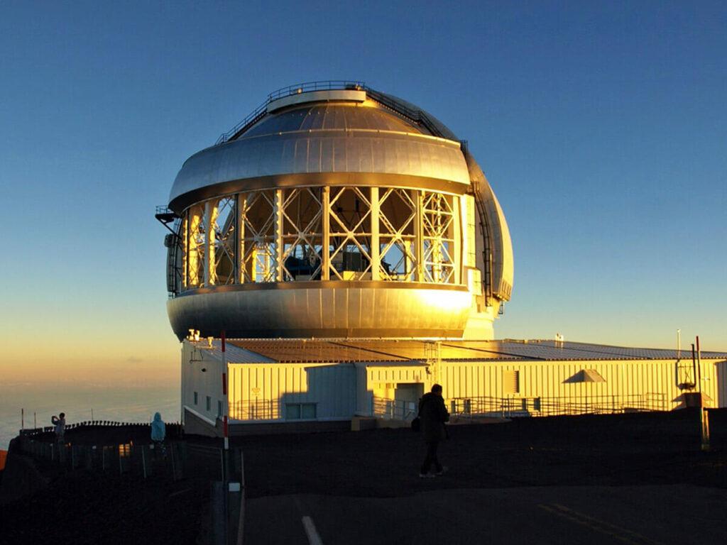 Geöffnetes Teleskop auf dem Mauna Kea Vulkan