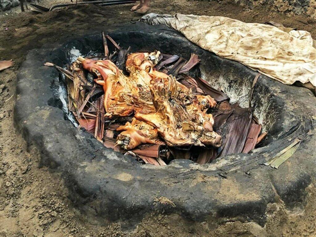 Erdgrill mit Schwein beim Old Lahaina Luau