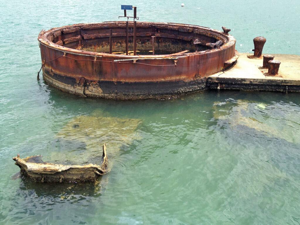 Alte Reste der versunkenen USS Arizona im Hafen von Pearl Harbor