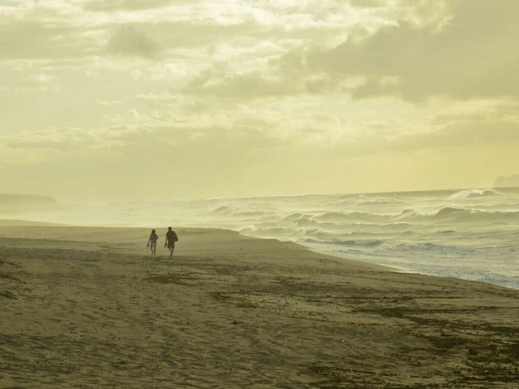 Pärchen am Strand vom Polihale State Park auf Kauai