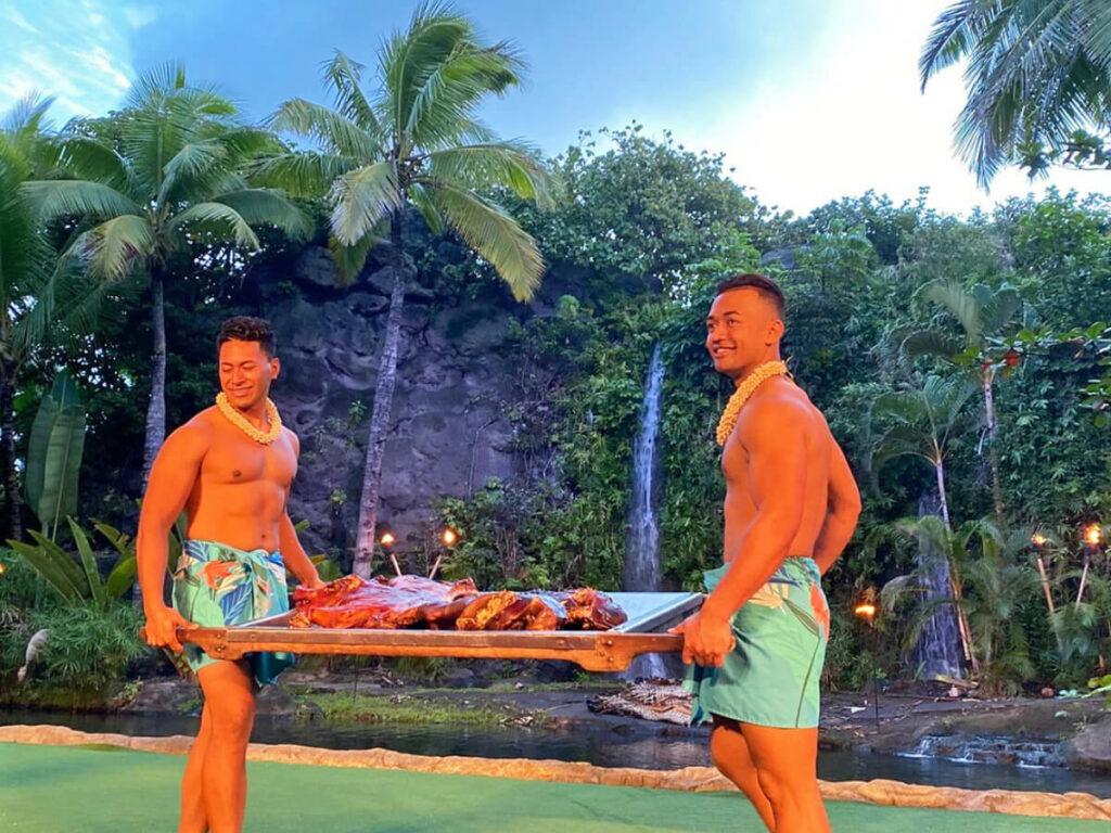 Hawaiianer präsentieren Schein aus dem Erdofen im Polynesian Cultural Center