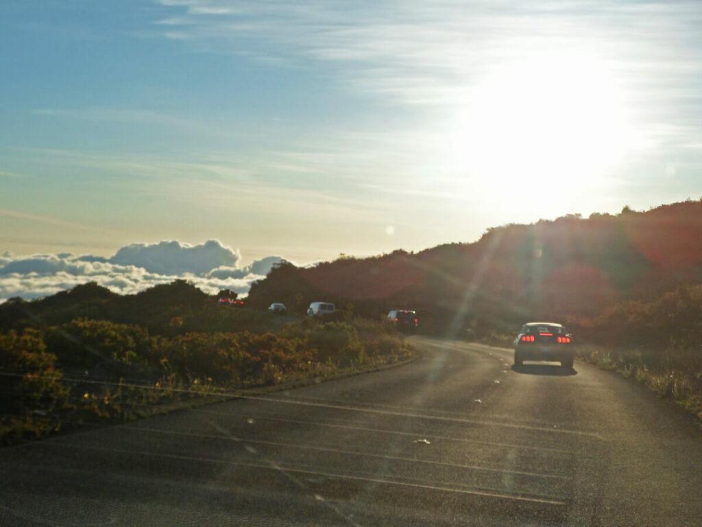 Fahrt mit dem Auto über den Wolken am Haleakala
