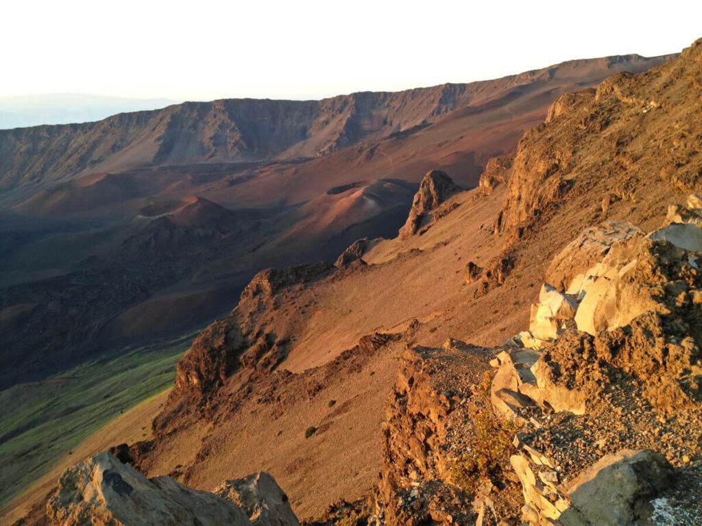 Haleakala Vulkan Krater leuchtet im Sonnenaufgang