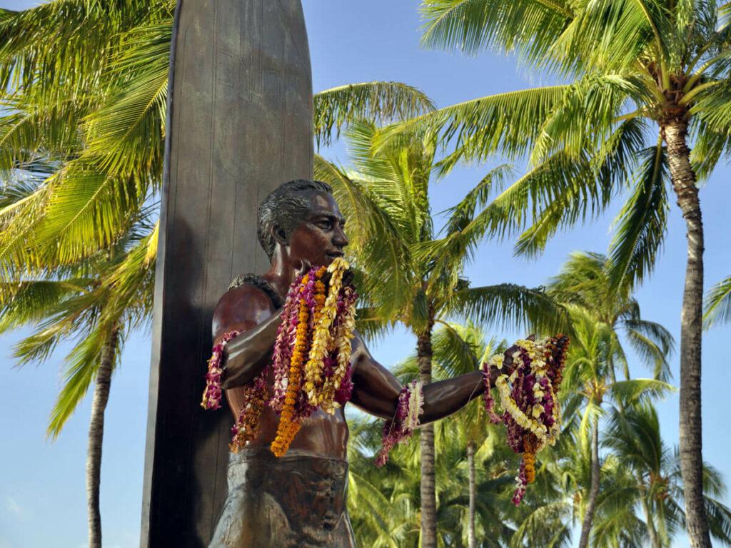 Berühmte Surfer Figur Duke am Waikiki Beach