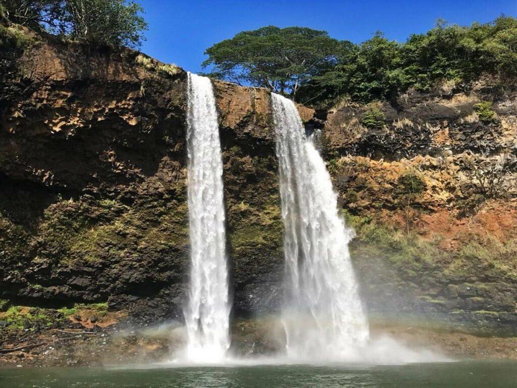 Blick auf die Wailua Falls vom Wasser aus