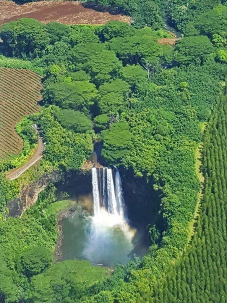 Blick aus der Luft auf die Wailua Falls
