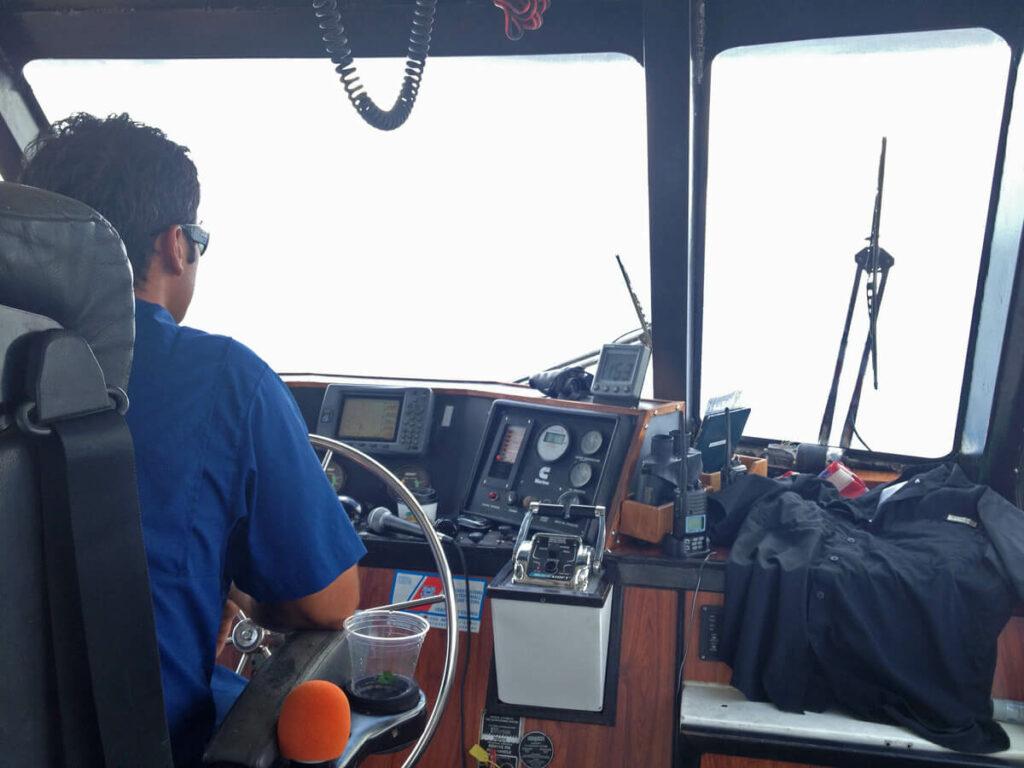 Kapitän auf einer Wale beobachten Tour auf Maui