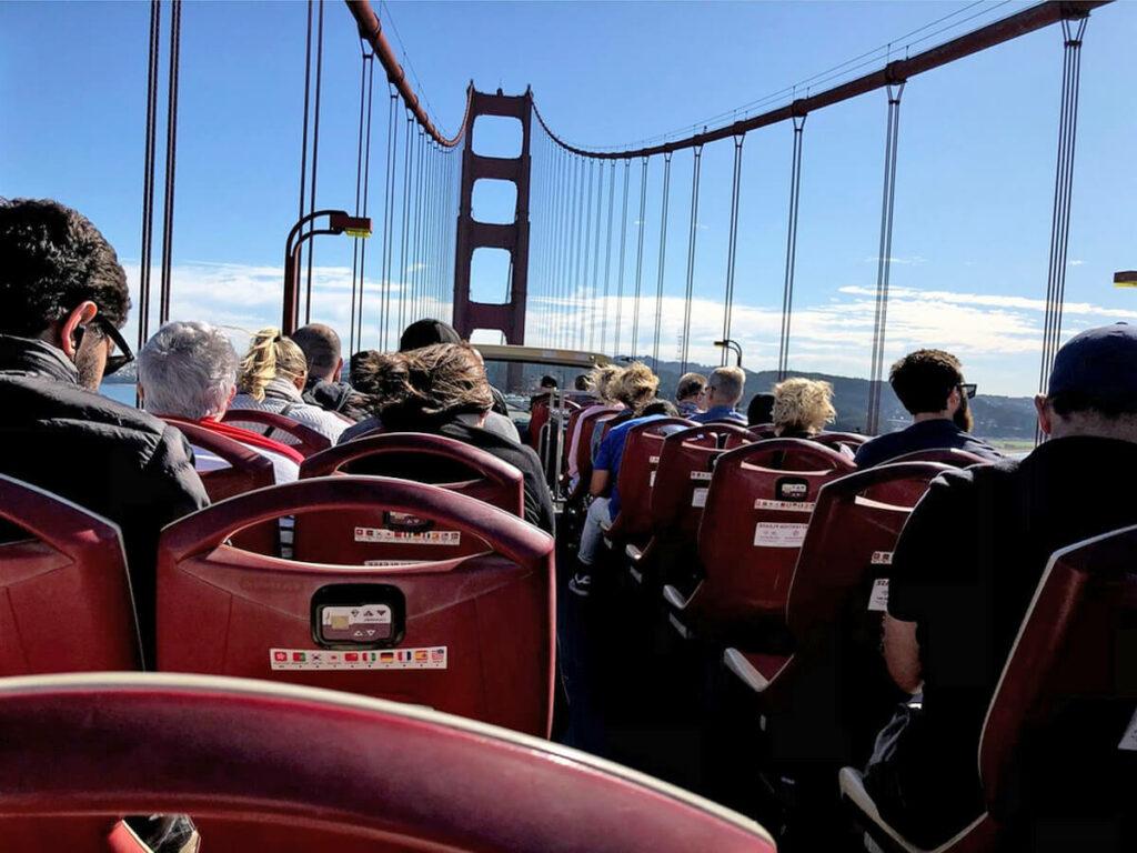 Auf der Golden Gate Bridge auf dem Doppeldecker Bus