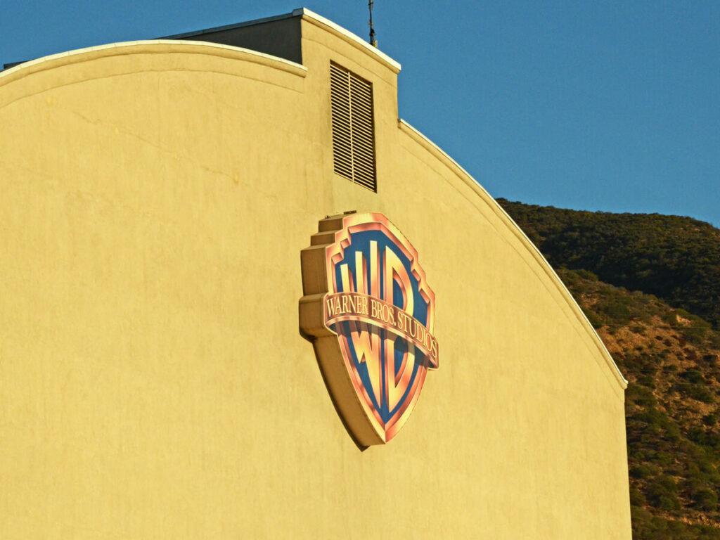 Warner Bros Studios Logo auf einer Hausfassade