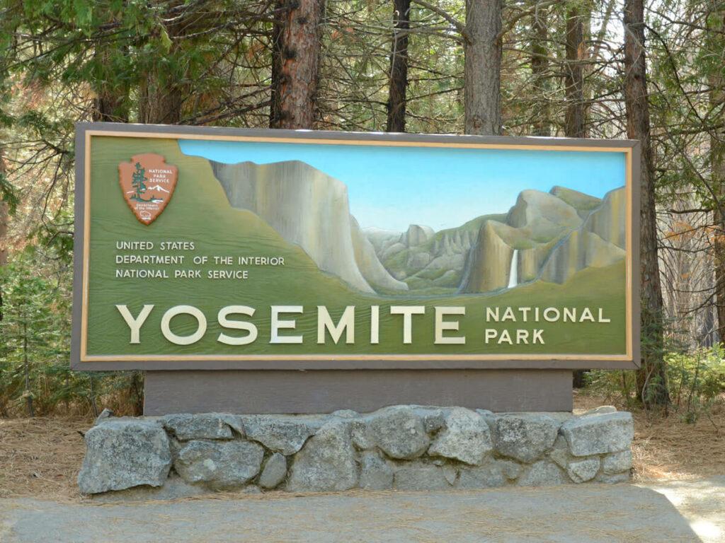 Eingangsschild vom Yosemite NP