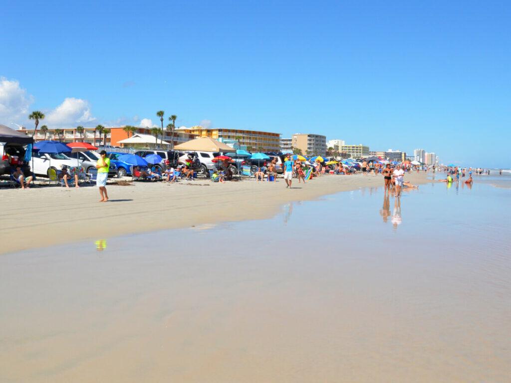 Autos parken am Strand von Daytona Beach