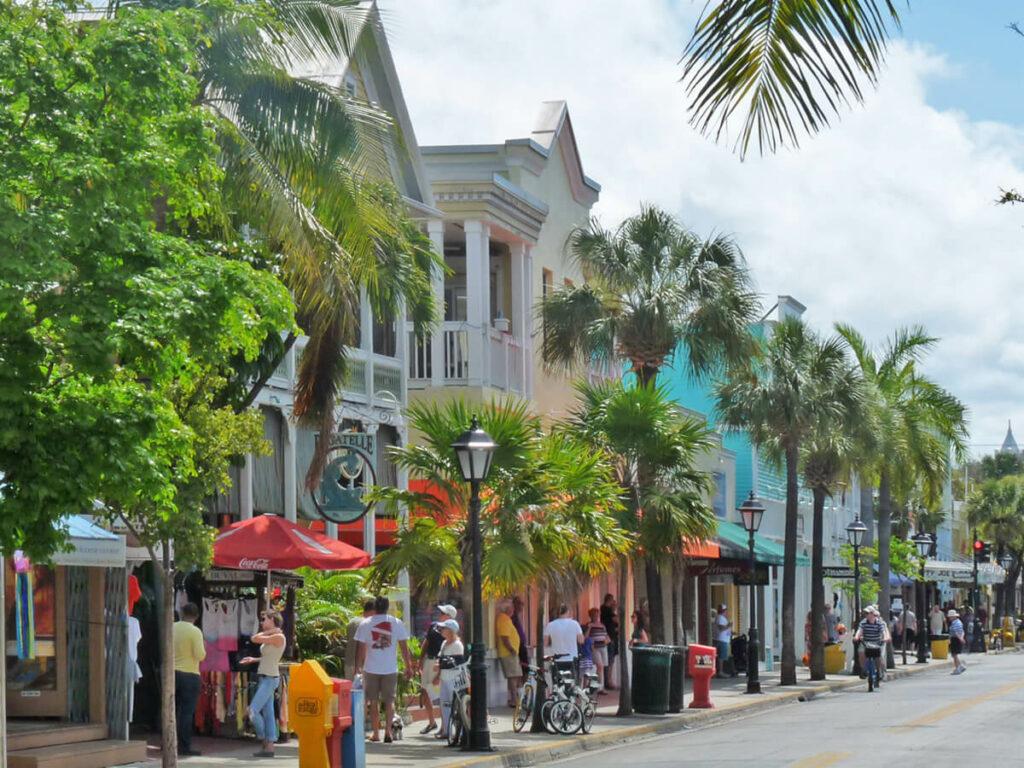Blick entlang der Duval Street in Key West