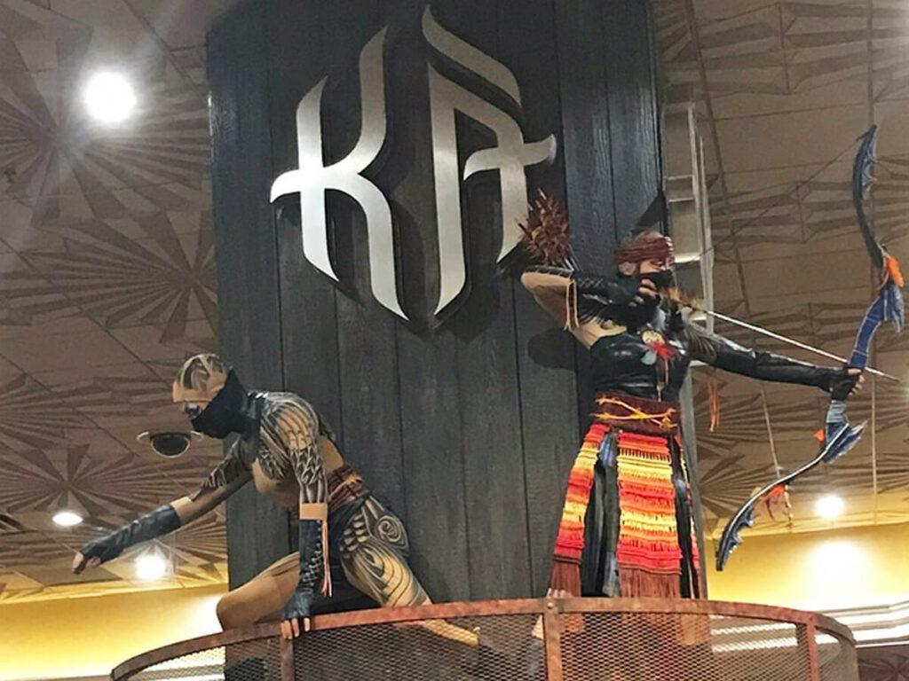 Artisten im Eingangsbereich in der Show Ka von Cirque du Soleil