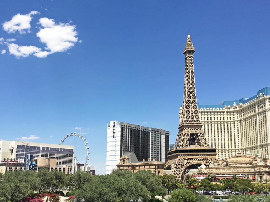 Las Vegas Strip mit dem Hotel Paris im Vordergrund
