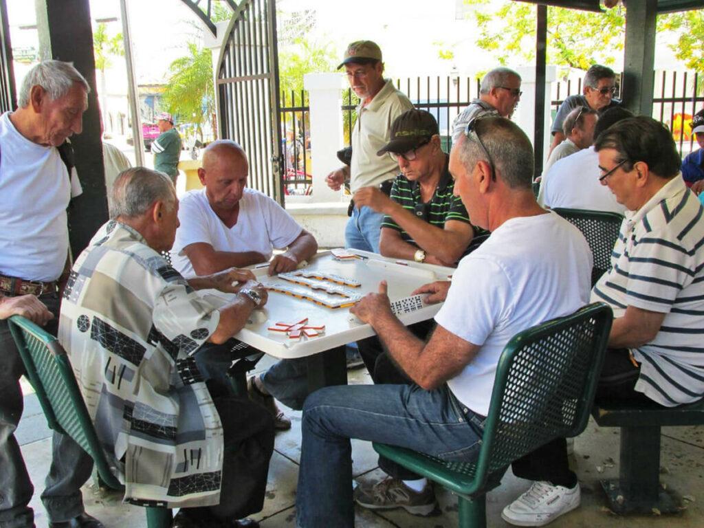 Traditionelles Domino spielen in LIttle Havana