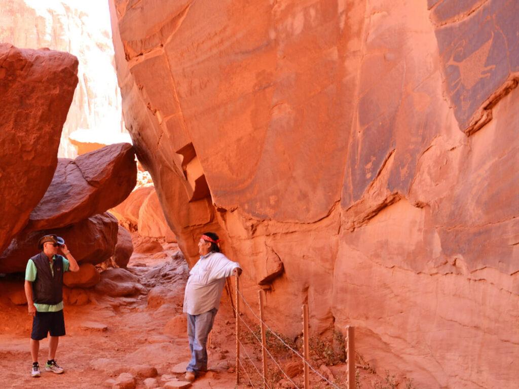 Native American zeigt Felsenmalereien