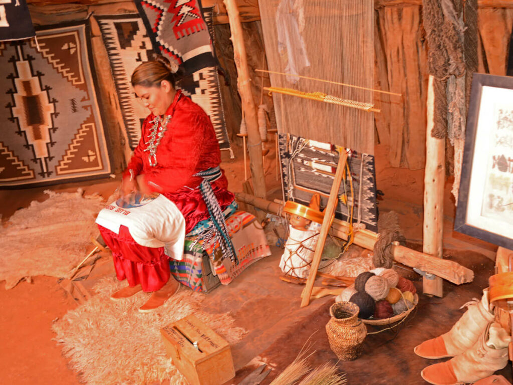 Zu Besuch bei einer Native American auf der Monument Valley Tour