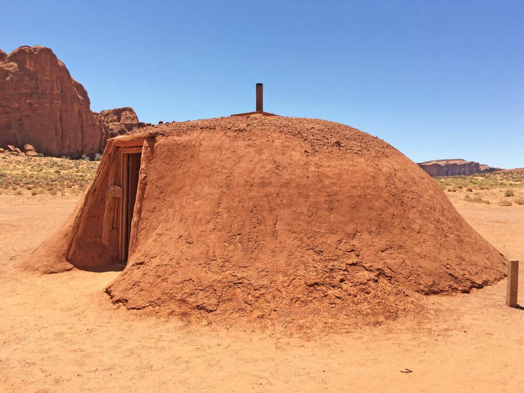 Erdhaus eines Native American im Monument Valley