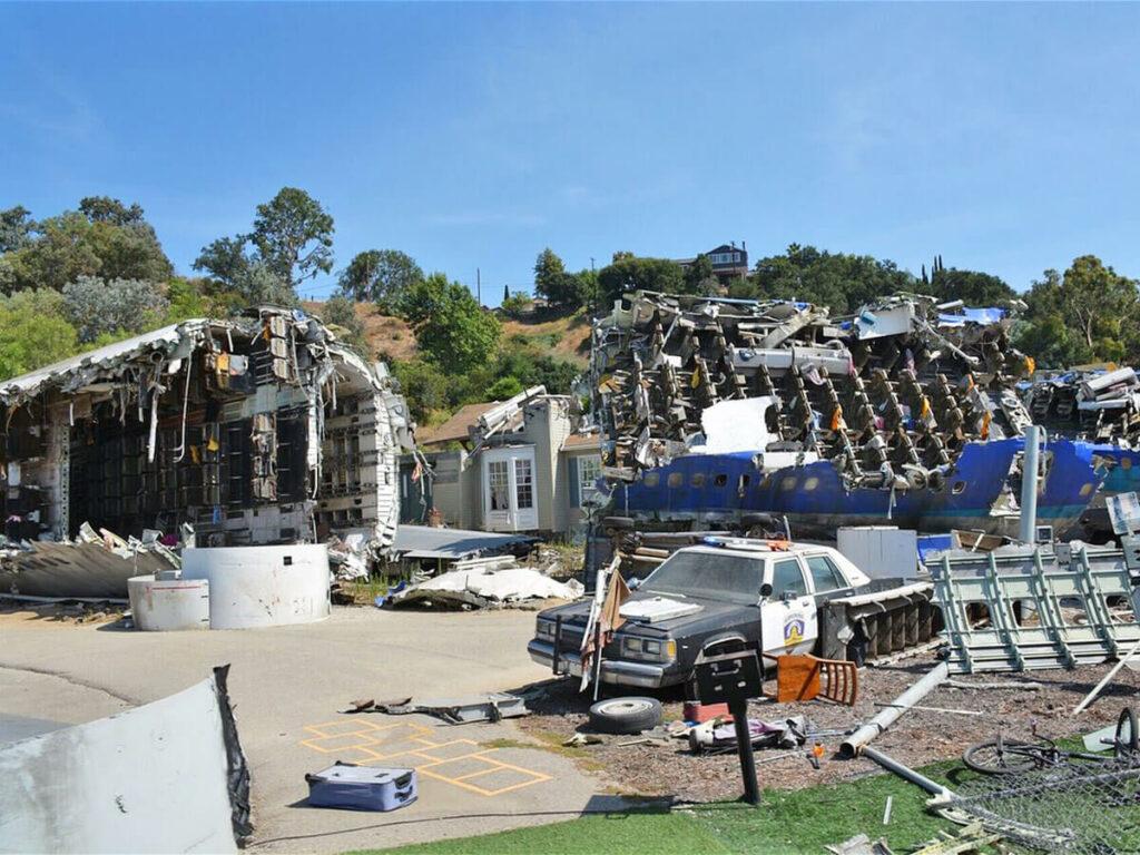 Blick auf ein abgestürtztes Flugzeug auf der Studio Tour in den Universal Studios Hollywood