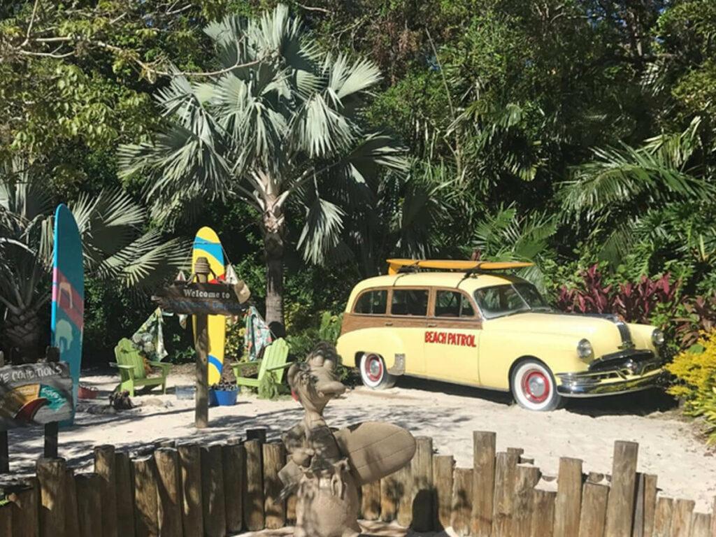 60er Jahre Auto mit einem Surfbrett im Typhoon Lagoon